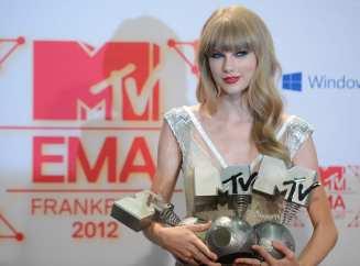 Taylor Swift mostra i tre premi vinti