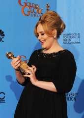 Adele guarda la statuetta appena vinta | © Kevin Winter/Getty Images