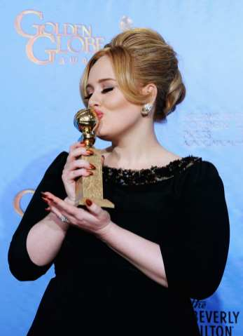 Adele bacia il suo premio | © Kevin Winter/Getty Images