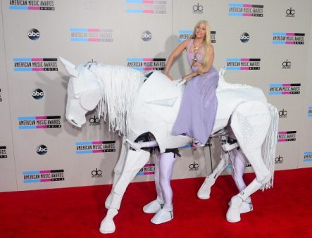 Lady GaGa Red Carpet su cavallo bianco   © FREDERIC J. BROWN/AFP/Getty Images