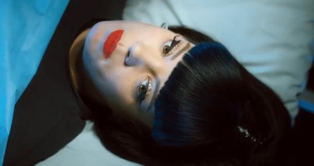 """Lily Allen, il ritorno provocatorio con il video """"Hard Out Here"""""""