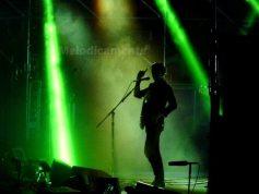 Alex Turner con gli Artic Monkeys   © Melodicamente