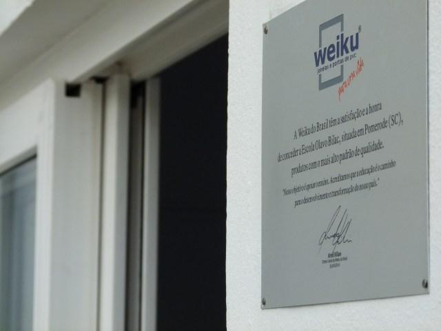 Weiku do Brasil doou janela e porta para a Escola Básica Municipal Olavo Bilac, de Pomerode. Imagem: Divulgação