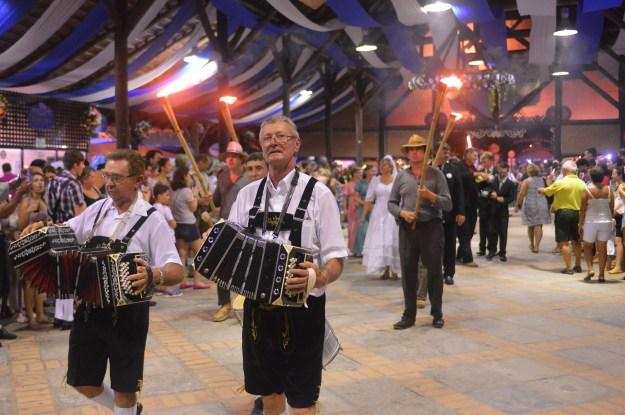 Fackelzug, desfile de tochas, é uma das atrações da Festa Pomerana que relembra antigas tradições dos imigrantes. Imagem: Daniel Zimmermann/Divulgação