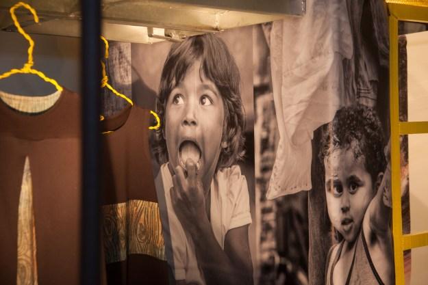 Instalação trouxe um pouco do universo das comunidades fotogradas por Samuel. Imagem: Roberto Sallaberry