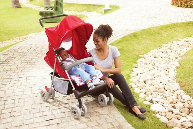 No carrinho, a criança deve estar sempre de cinto de segurança e sob supervisão de um adulto. Imagem: Divulgação