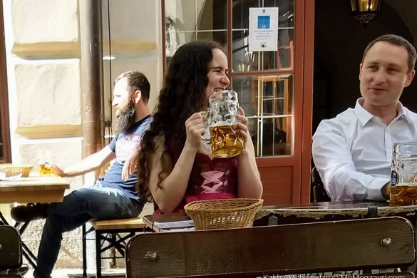 გოგონა ლიტრიანი კათხა ლუდით