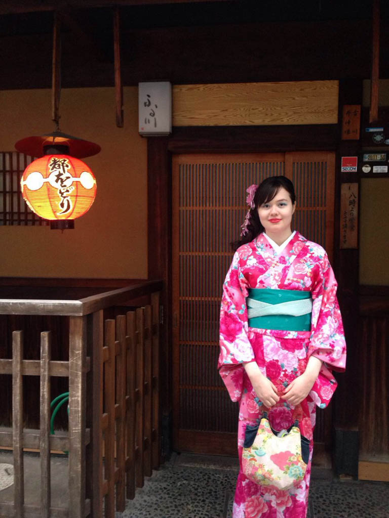 A girl wearing a kimono at Gion in Kyoto