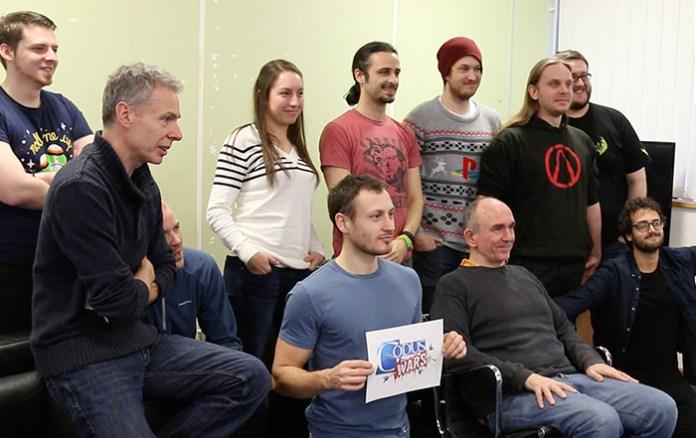 Molyneux (sentado) e a equipe da 22Cans no lançamento de Godus Wars.