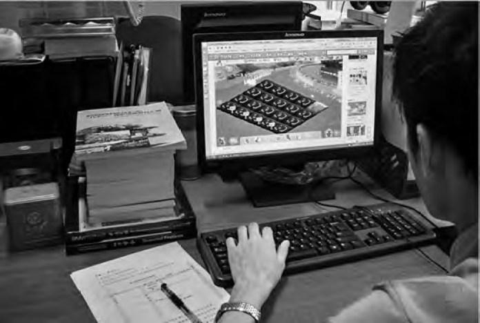 homem jogando Colheita Feliz em um computador