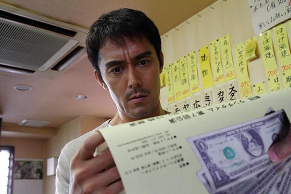 【カラスの親指】阿部寛主演の詐欺師をテーマにしたほっこりサスペンス映画