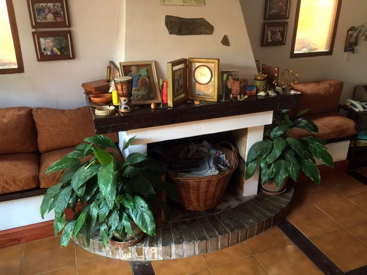 The cozy fireplace with addition seating at Peumayen B&B