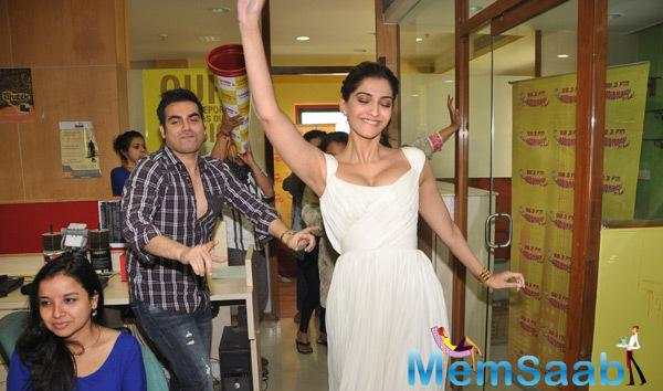 Sonam Kapoor With Arbaaz Khan And Varun Sharma At Radio Mirchi