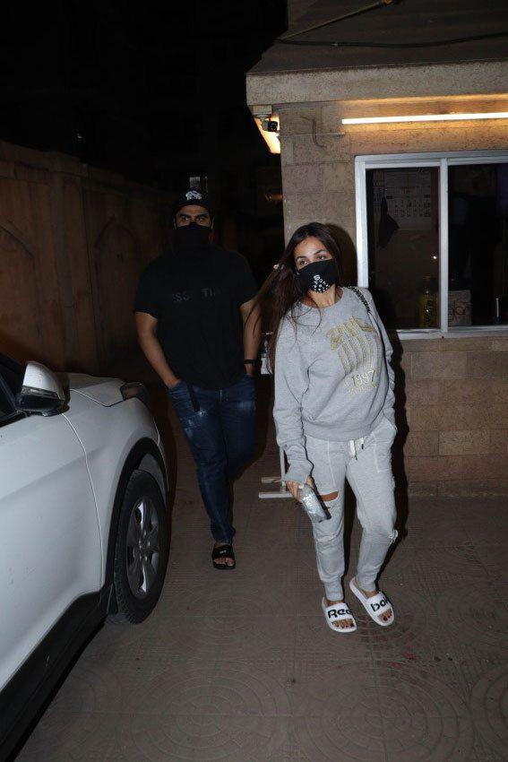 Malaika Arora & Arjun Kapoor spotted in Bandra