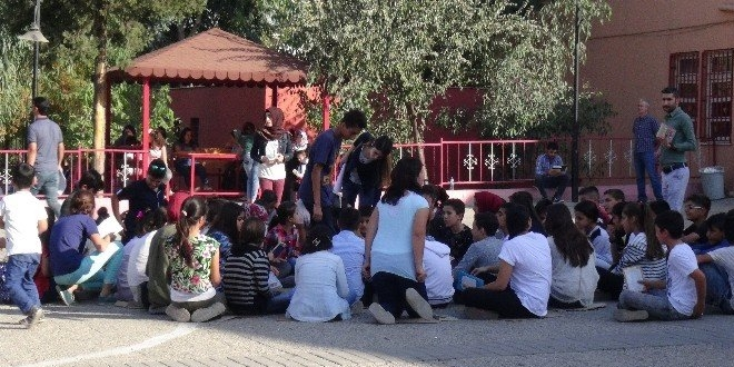 okul bahçesinde öğrenciler ile ilgili görsel sonucu