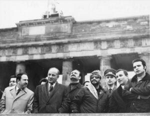 ADN-ZB / Franke / 2.11.71 / Berlin: Yasser Arafat besuchte Staatsgrenze Die zur Zeit in der DDR weilende Delegation der palästinensischen Befreiungsorganisation unter Leitung des Vorsitzenden des Exekutivkomitees, Yasser Arafat (4.v.r.), besuchte am 2.11.71 die Staatsgrenze am Brandenburger Tor.