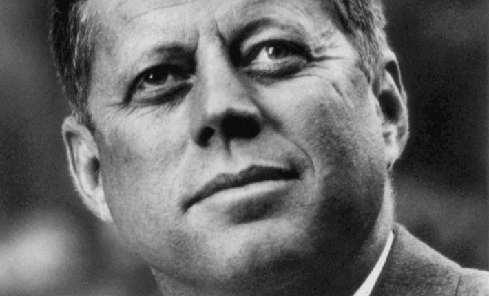 في الثاني والعشرين من شهر اكتوبر تشرين الأول عام ١٩٦٢ أعلن الرئيس الأمريكي جون كيندي في خطاب متلفز فرض حصار جوي وبحري على كوبا