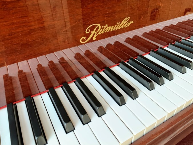 Ritmuller grand piano, logo with black and white piano keys