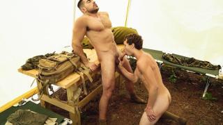 Sergent réprimande une nouvelle recrue avec sa queue épaisse