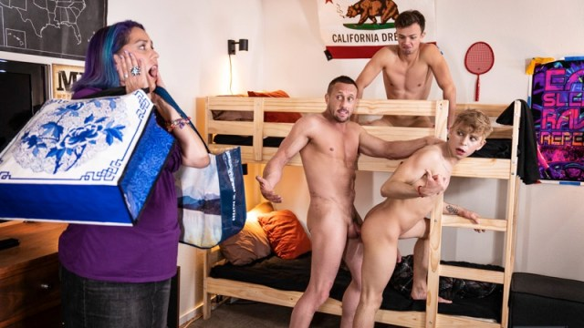 Sorry Mom : Daddy musclé baise Logan Cross & Daniel Hausser