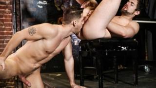Le barman se tape le patron d'un club gay pour avoir une promotion