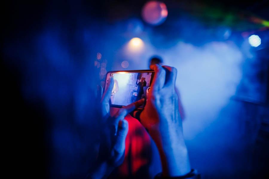 casamento aldeia de pedralva festa fotografada com telemóvel mãos e fumo
