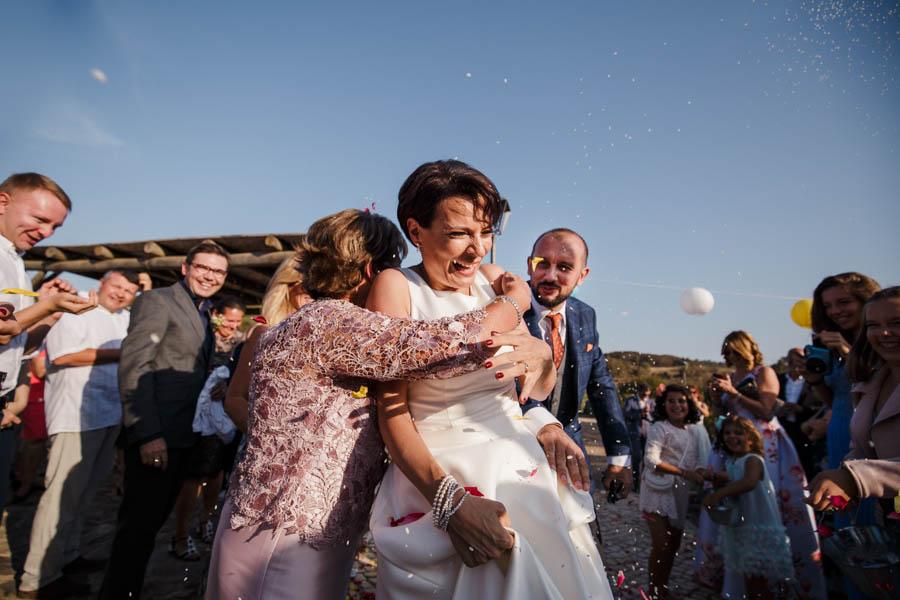 casamento aldeia de pedralva mãe abraça noiva no final da cerimónia com sorrisos