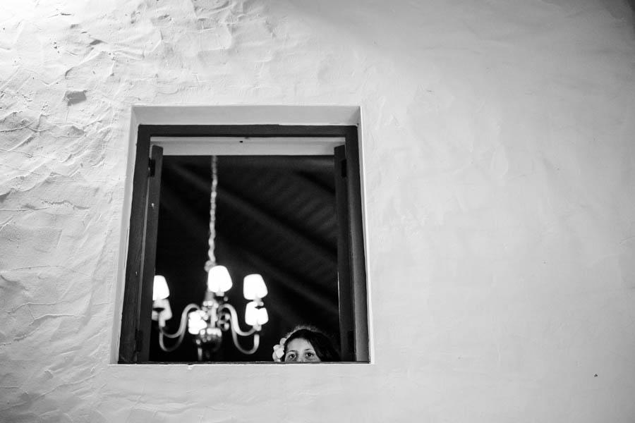 casamento aldeia de pedralva menina espreita à janela em parede branca caiada