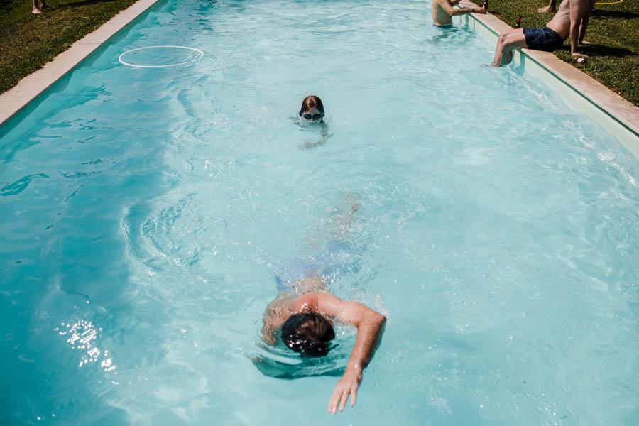 casamento aldeia de pedralva menino e pai nadam na piscina azul