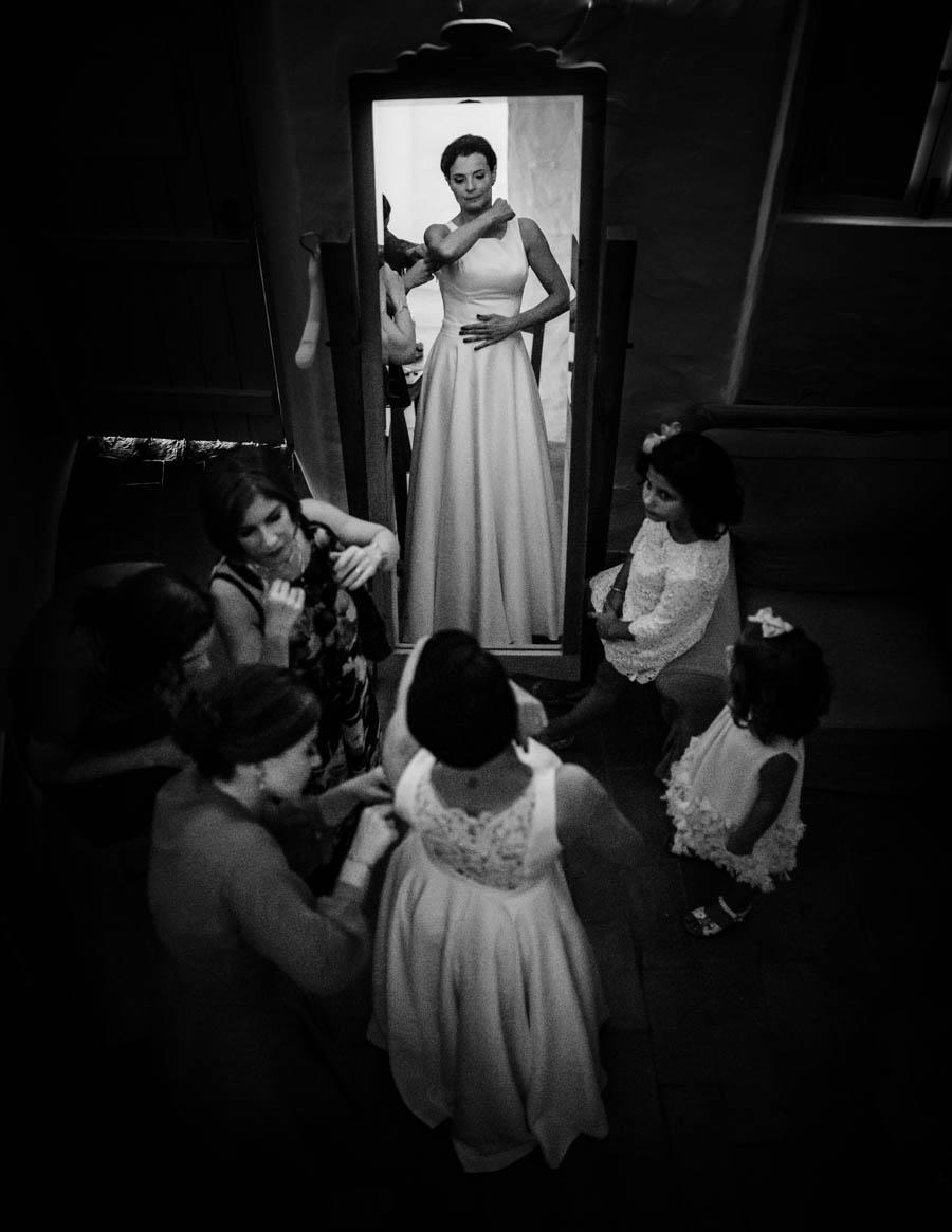 casamento aldeia de pedralva noiva vê-se ao espelho depois de vestir o vestido com amigas