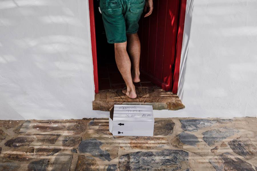 casamento aldeia de pedralva noivo entra em porta com sinal de não incomodar