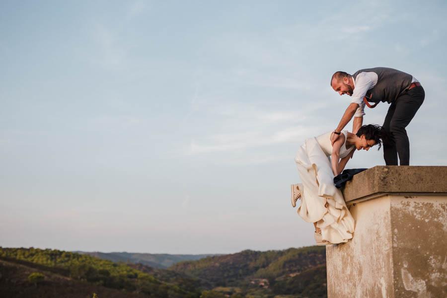 casamento aldeia de pedralva noivo ajuda noiva a subir muro com vestido