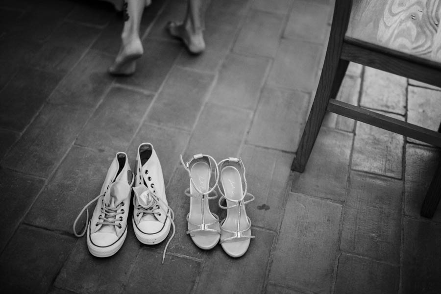 casamento aldeia de pedralva sapatos e sapatilhas da noiva com os pés descalços durante preparativos