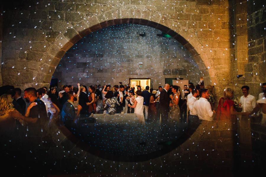 casamento gerês festa no restaurante da pousada de amares com reflexo do arco e bola de espelhos