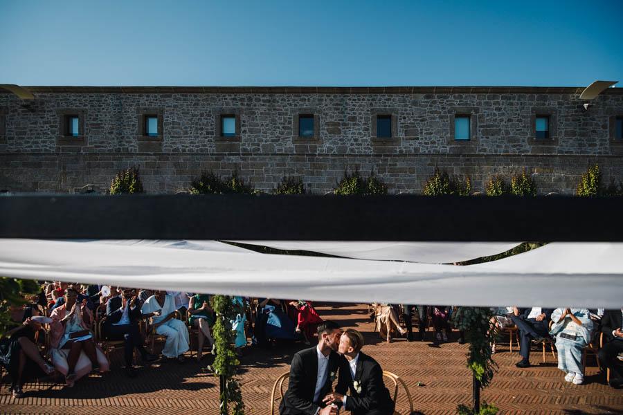casamento gerês cerimonia no terraço de tijolo da pousada de amares com beijo entre os noivos