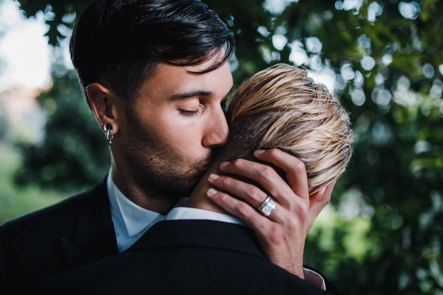casamento gerês durante sessão de casal abraco entre noivos e beijo no pescoço