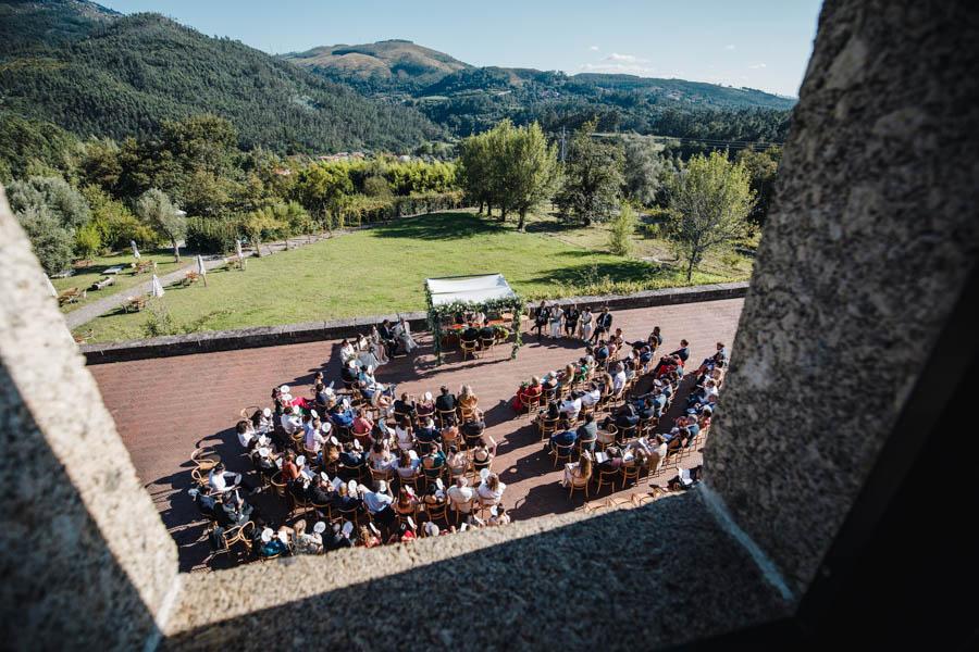 casamento gerês cerimóniano pátio de tijolo vista da janela da pousada de amares