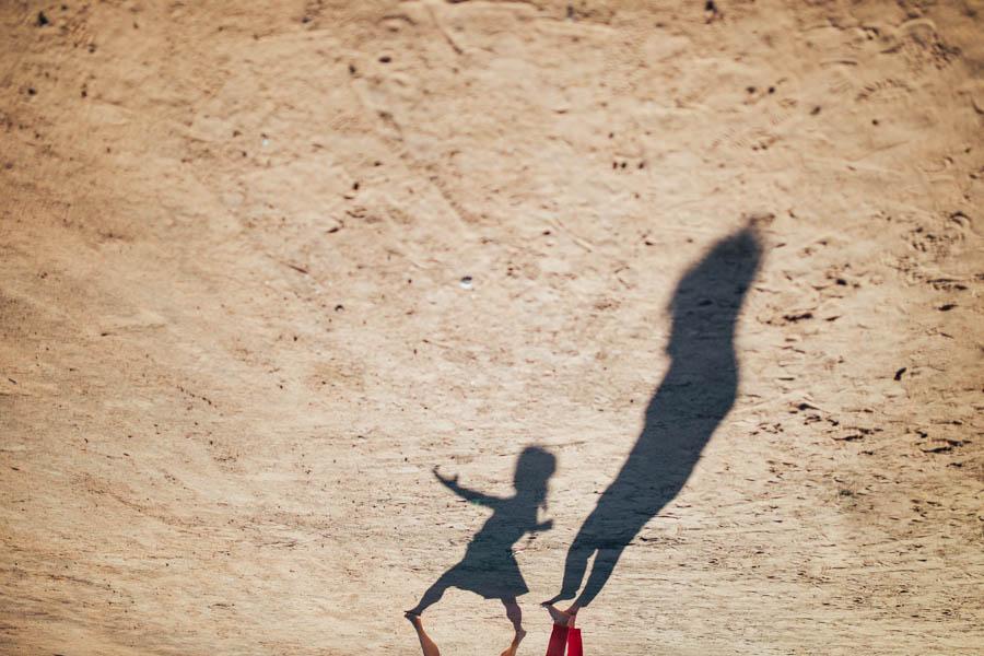casamento gerês sombras no chão de areia de amigosfazendo dança contemporânea
