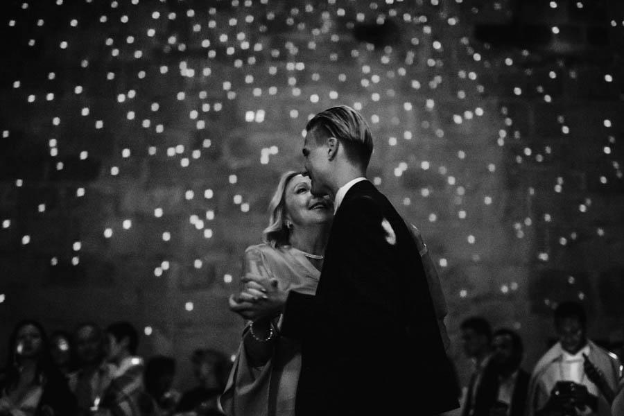 casamento gerês noivo dançando com mãe durante a festa