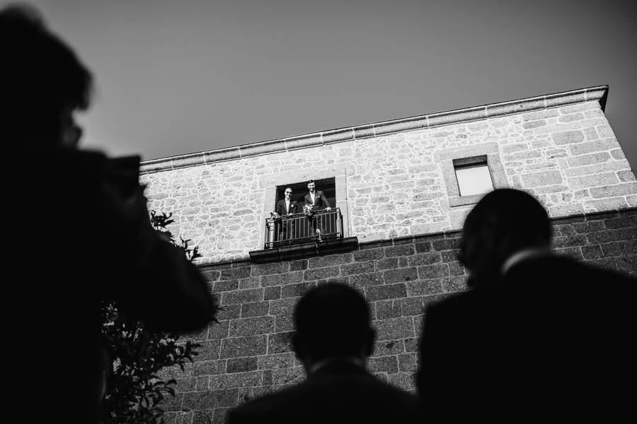 casamento gerês noivos na varanda da pousada de amares observando convidados