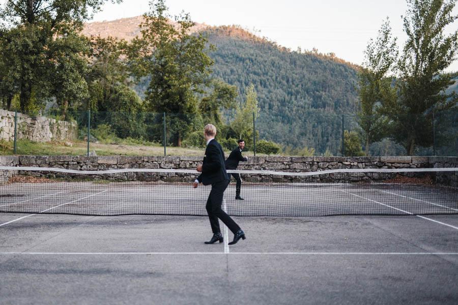 casamento gerês noivos a jogar tenis imaginário no court da pousada de santa maria do bouro