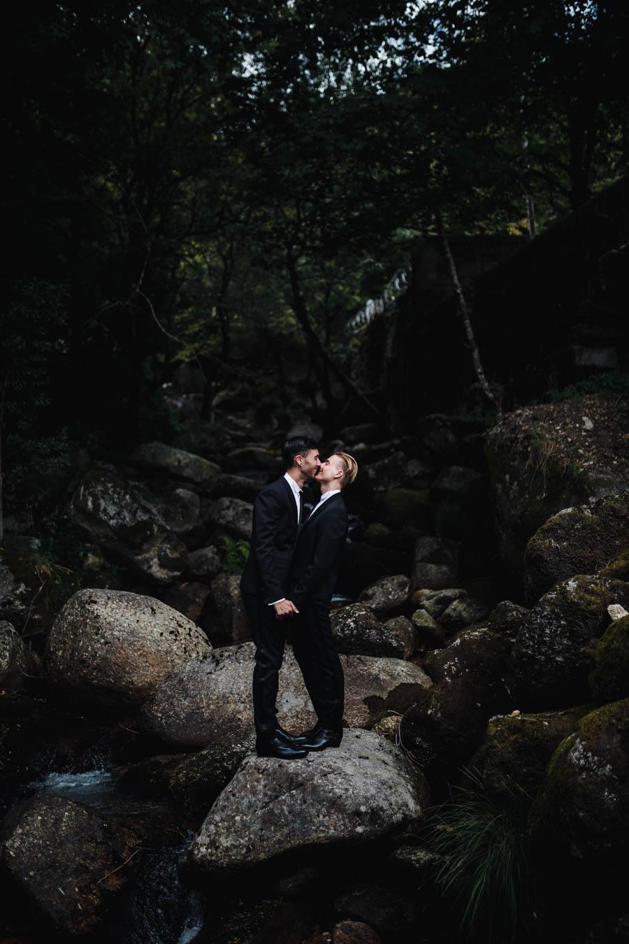 casamento gerês sessão de casal beijo em ribeiro entre pedras