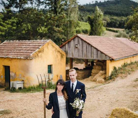 quinta de santana retrato dos noivos no campo com palheiros amarelos e foice inspiração Grant Wood