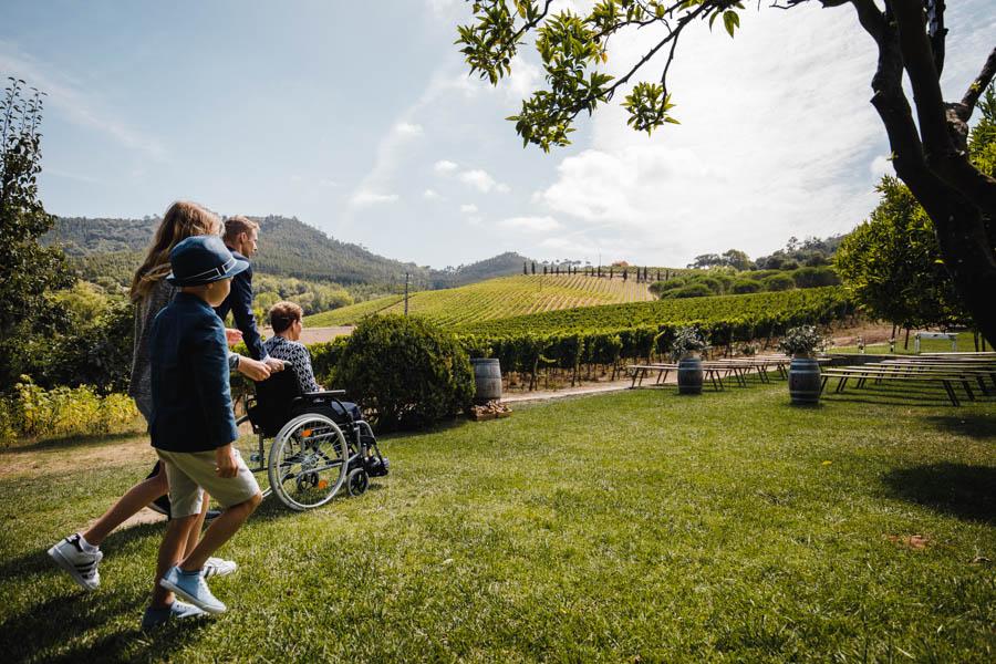 quinta de santana chegada à cerimónia do noivo com a mãe em cadeira de rodas