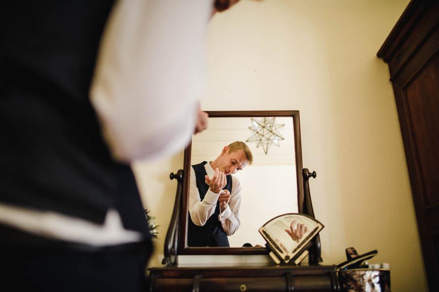 quinta de santana noivo aperta botões de punho refletido no espelho