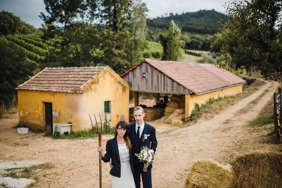 quinta de santana retrato dos noivos no palheiro com forquilha Grant Wood