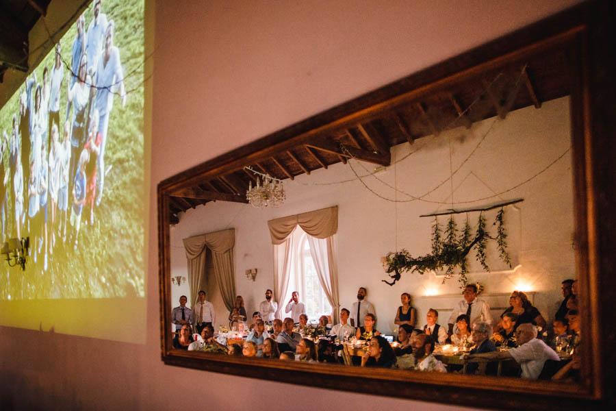 quinta de santana noivos e convidados assistem video surpresa em reflexo no espelho