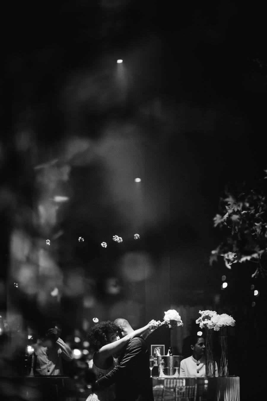 quinta da Torre Bella noivos dançam abraçados ao fundo preto e branco