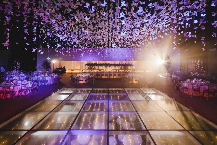 quinta da Torre Bella sala de jantar com decoração borboletas penduradas e balões na pista de dança de vidro