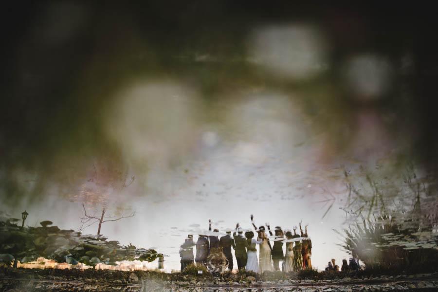 quinta da Torre Bella fotografia de grupo de noivos e convidados reflectidos no lago